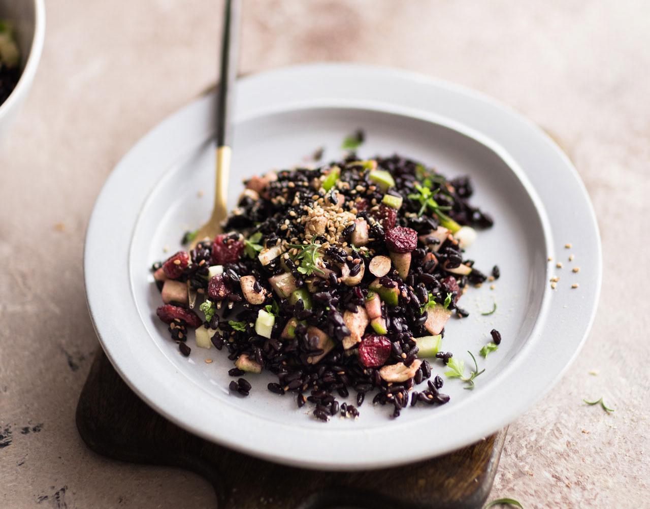 schwarzer Reissalat mit Äpfeln, Cranberries und Nüssen