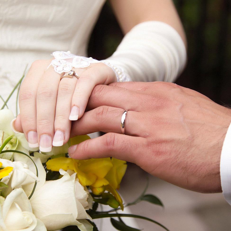 Во сне вы надеваете на руку любимому человеку кольцо – этот сон символизирует вашу верность своим чувствам и обещаниям.